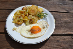 Ei mit gebratenen Kartoffeln Stockbilder