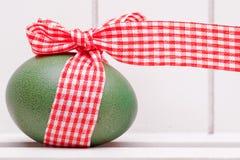 Ei mit rotem weißem Band Lizenzfreies Stockbild