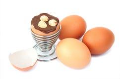 Ei mit Schokoladenüberraschung und -haselnüssen Stockfoto