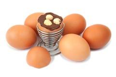 Ei mit Schokoladenüberraschung und -haselnüssen Lizenzfreies Stockbild