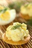 Ei-Salat auf Cracker Lizenzfreie Stockbilder