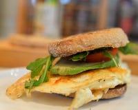 Ei u. Avocado, Tomaten-Sandwich Stockfotografie