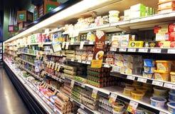 Ei- und Milchproduktregale Stockfoto