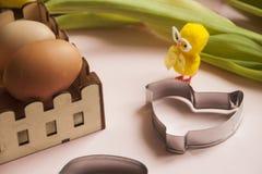 Ei- und Ostern-Hühnerplätzchenform und schicke dekorative Zahl Stockfotos