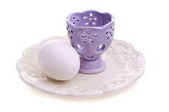 Ei und purpurroter Eierbecher Stockbild