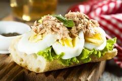 Ei- und Thunfischsandwich mit frischem Basilikum Stockfoto