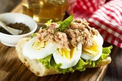 Ei- und Thunfischsandwich mit frischem Basilikum Lizenzfreie Stockbilder
