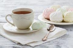 Eibisch oder zefir Nachtisch auf weißer Platte mit Niederlassungen von blo Stockfoto