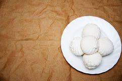Eibische auf einer weißen Platte auf einem hellen Papierhintergrund lizenzfreies stockbild