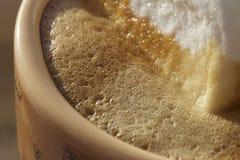 Eibische im Kaffeeschaum Lizenzfreie Stockfotos
