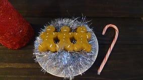 Eibischlebkuchenmänner mit überzogen auf Lametta lizenzfreies stockbild