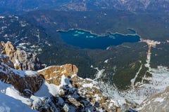 Eibsee湖德国如从上面被看见从zugspitze峰顶 免版税库存图片