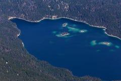 Eibsee湖德国如从上面被看见从zugspitze峰顶 库存图片