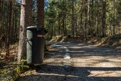 Eibsee, Alemanha, o 31 de mar?o de 2019: balde do lixo ao lado da trilha do la?o do seeweg Os baldes do lixo s?o espalhados todos imagens de stock