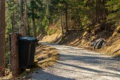 Eibsee, Alemanha, o 31 de mar?o de 2019: balde do lixo ao lado da trilha do la?o do seeweg Os baldes do lixo s?o espalhados todos fotografia de stock royalty free