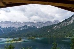 Eibsee con il più alta montagna Zugspitze in Germania Fotografia Stock