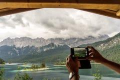 Eibsee con il più alta montagna Zugspitze in Germania Fotografia Stock Libera da Diritti