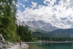 Eibsee con il più alta montagna Zugspitze in Germania, alpi bavaresi Fotografia Stock Libera da Diritti