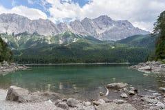 Eibsee con il più alta montagna Zugspitze in Germania, alpi bavaresi Immagini Stock