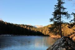 Eibsee do lago nas montanhas bávaras no inverno fotos de stock