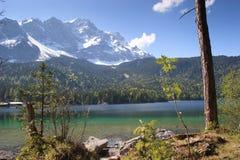 Eibsee, il lago verde smeraldo alla base di Zugspitze Immagine Stock Libera da Diritti