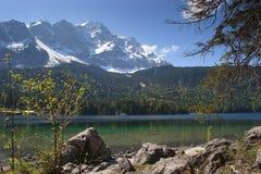 Eibsee, il lago verde smeraldo alla base di Zugspitze Immagine Stock