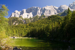 Eibsee mit Ansichten der Alpen Lizenzfreie Stockfotografie