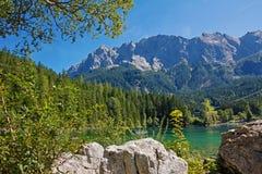 Eibsee pittoresco del lago e montagna dello zugspitze, Baviera Fotografie Stock