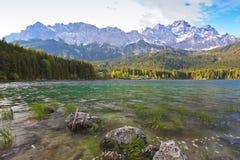 Eibsee sjö och Zugspitze Fotografering för Bildbyråer