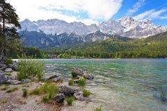 Eibsee sjö och Zugspitze Arkivfoto
