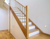 Eiche und weißer Treppenkastenausgangsinnenraum stockbild
