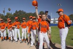 Eichen-Ansicht, Kalifornien, USA am 7. März 2015 Ojai-Tal-kleine Liga-Feld, Jugend Baseball, Frühling, heben ihre Kappen an, wenn stockfotografie