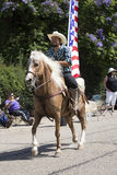Eichen-Ansicht, Kalifornien, USA, am 24. Mai 2015, Memorial Day -Parade mit Cowboy und US-Flagge Lizenzfreie Stockbilder