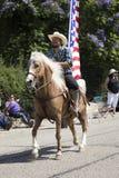 Eichen-Ansicht, Kalifornien, USA, am 24. Mai 2015, Memorial Day -Parade mit Cowboy und US-Flagge Stockfoto