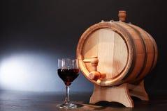 Eichen-Fass und Wein Stockbild