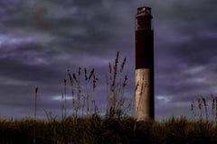 Eichen-Insel-Leuchtturm steht vor stürmischen Himmeln Stockbild