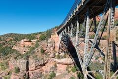 Eichen-Nebenfluss-Brücke Stockfotos
