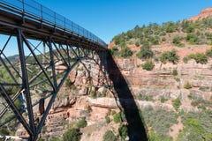 Eichen-Nebenfluss-Brücke Stockfotografie