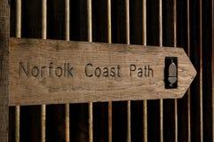 Eichen-Norfolk-Küstenweg-Zeichen gegen Wellblech-Hintergrund Stockfoto