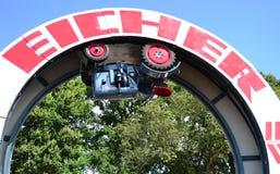 Eicher-Traktor, der in ein Karussell fährt Lizenzfreie Stockfotos