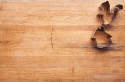 Eichhörnchen-u. Haus-Plätzchen-Scherblöcke auf einem Metzger-Block Lizenzfreie Stockfotos