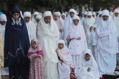 Eid al-Adha-Gebete der Kinder im Hof des Palastes Solo- Java Indonesien mit seinen Eltern Stockfotografie