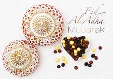 Eid Al Adha-offerfestival, Islamitisch Arabisch kaars en snoepje stock afbeeldingen