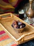 Eid Mubarak con el pote y las fechas árabes del café Fechas secadas y coffe fotos de archivo libres de regalías