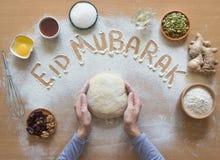 Eid Mubarak - ` feliz do feriado do ` islâmico da frase da boa vinda do feriado, cumprimento reservado Fundo árabe da culinária imagens de stock
