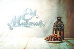 Eid mubarak med datumet gömma i handflatan frukt eller kurmaen, ramadan mat, bild fotografering för bildbyråer