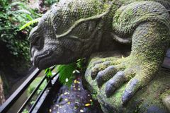 Eidechsensteinstatue in Ubud, Bali, Indonesien Lizenzfreie Stockbilder