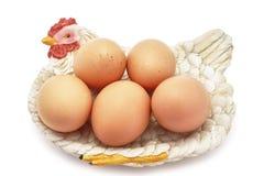 Eier auf dekorativem Hennenest Stockbilder