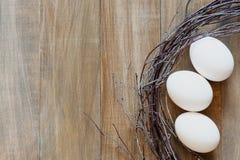 Eier auf den Brettern Stockfotos