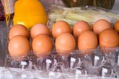 Eier auf einem Behälter Stockfotografie